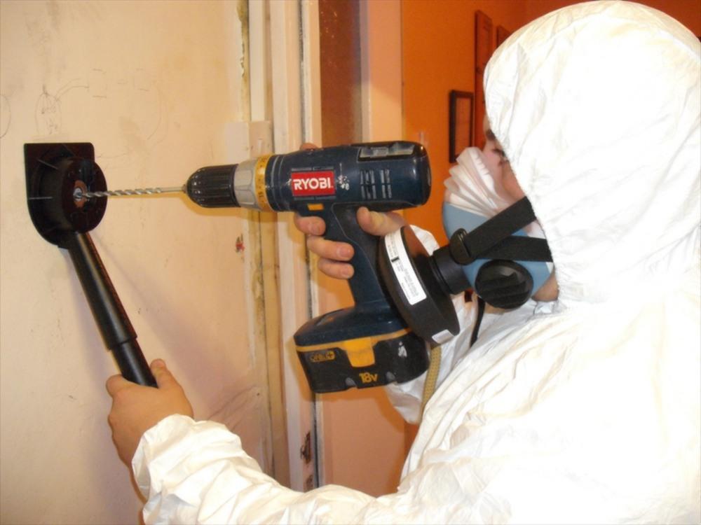 Prélèvement d'amiante lors du diagnostic amiante dans un logement