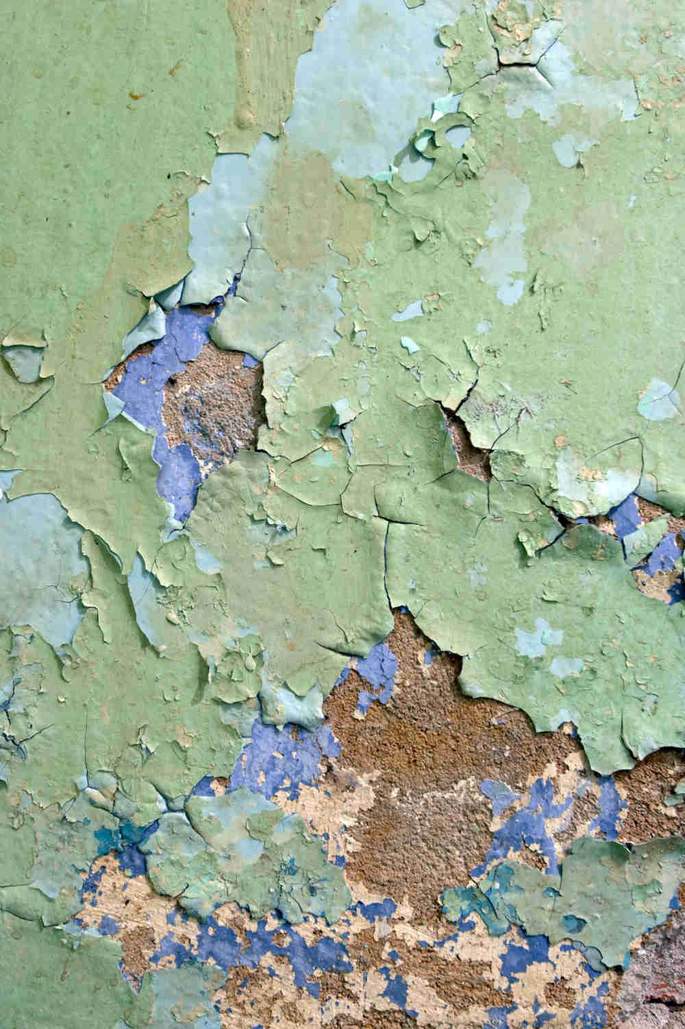 Peinture écaillée contenant du plomb.